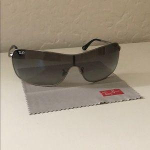 Woman's Ray Ban Sun Glasses